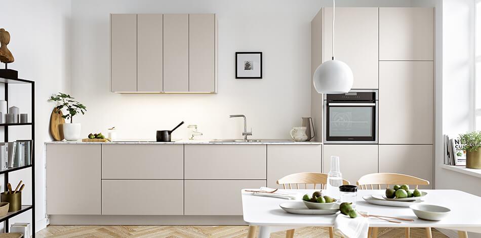 Weiße Küchenzeile mit Siena Fronten (PG4), samtmatt. Foto: Schüller Küchen