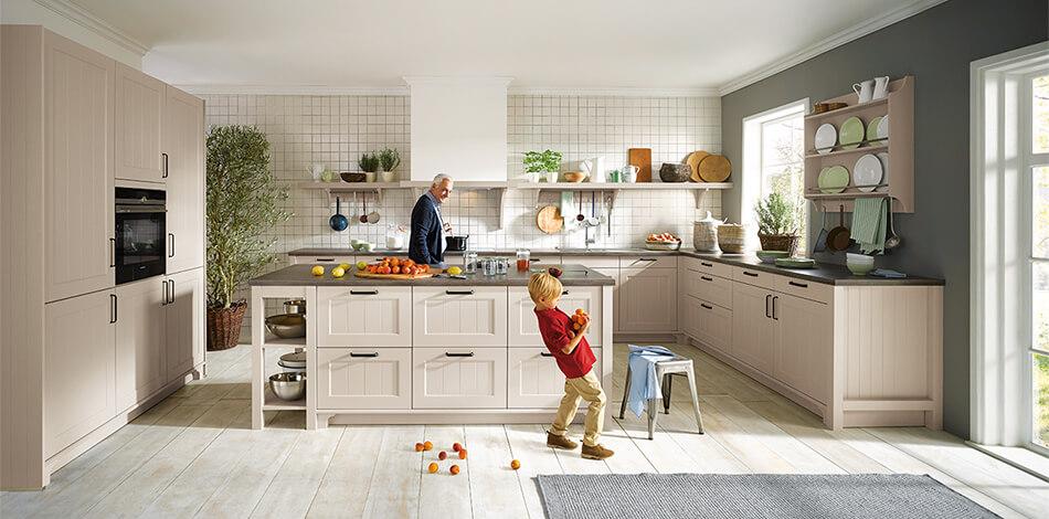 Landhausküche mit Canto Fronten in der Farbe Sandgrau (Satinlack matt), Preisgruppe 5. Foto: Schüller Küchen