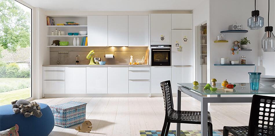 Küchenzeile mit weißen Lackfronten der Serie Gala Kristallweiß, hochglänzend - Preisgruppe 6. Foto: Schüller Küchen