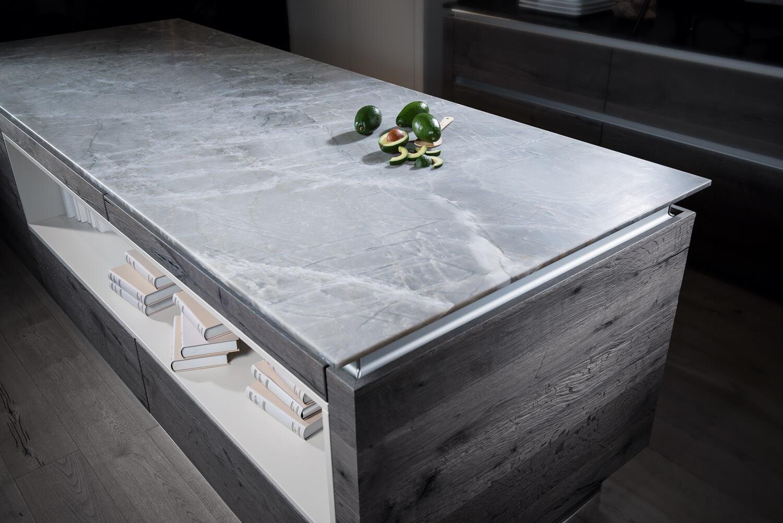 Weiß-Graue Küchenarbeitsplatte aus Naturstein im Leather-Look (Supreme Linie, White Mistral). Foto: Strasser Steine