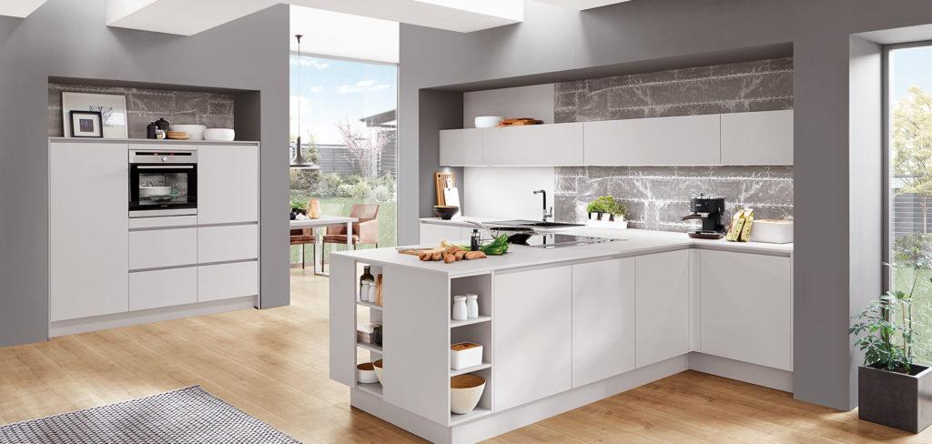Küchenzeile mit Kochinsel in Weiß mit offenen Regalen und passendem Hochschrank; Foto: Nobilia