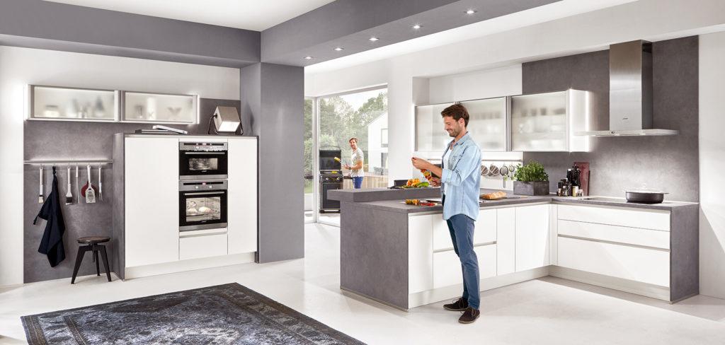 Nobilia Küche Fashion mit matten Lackfronten in Weiß und Arbeitsplatte in Beton-Optik; Foto: Nobilia