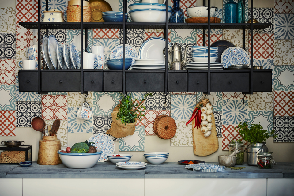 Landhausküche von IKEA mit offenen Regalen statt Oberschränken; Foto: IKEA
