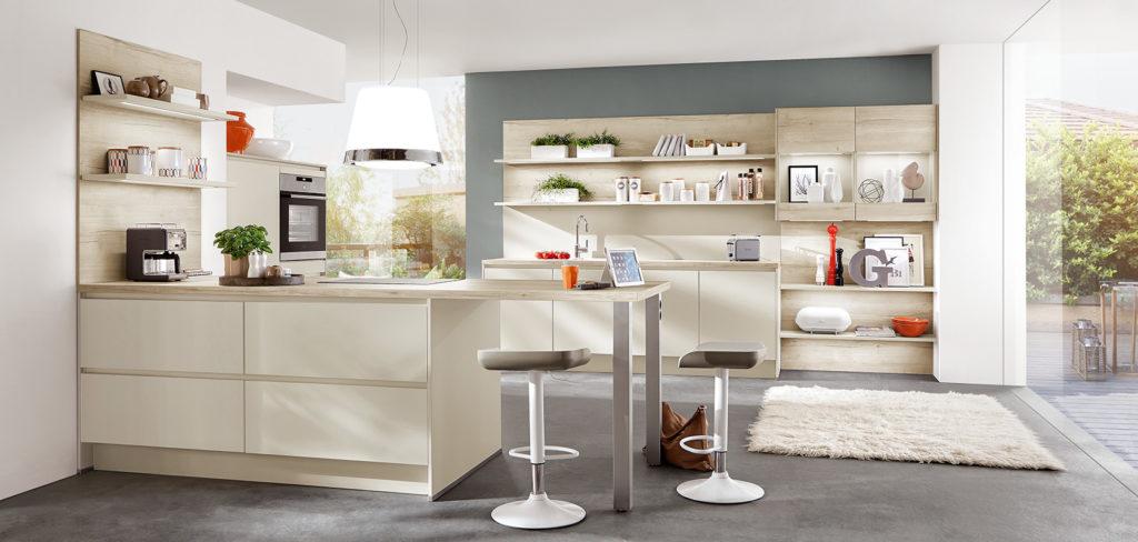 Küche mit sandfarbenen Fronten und Arbeitsplatte aus hellem Holz; Foto: Nobilia