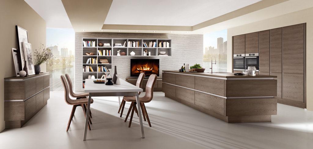 Moderne Küche mit Kochinsel, grifflosen Fronten und Steinarbeitsplatte; Foto: Nobilia