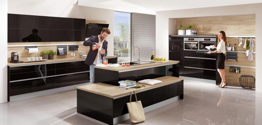 Hochglanzküche in Schwarz mit Holz als Arbeitsplatte; Foto: Nobilia