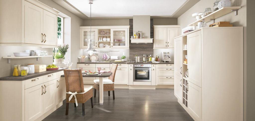 Landhausküche mit Magnolia-Fronten und Messing Griffen sowie Arbeitsplatte aus Holz; Foto: Nobilia