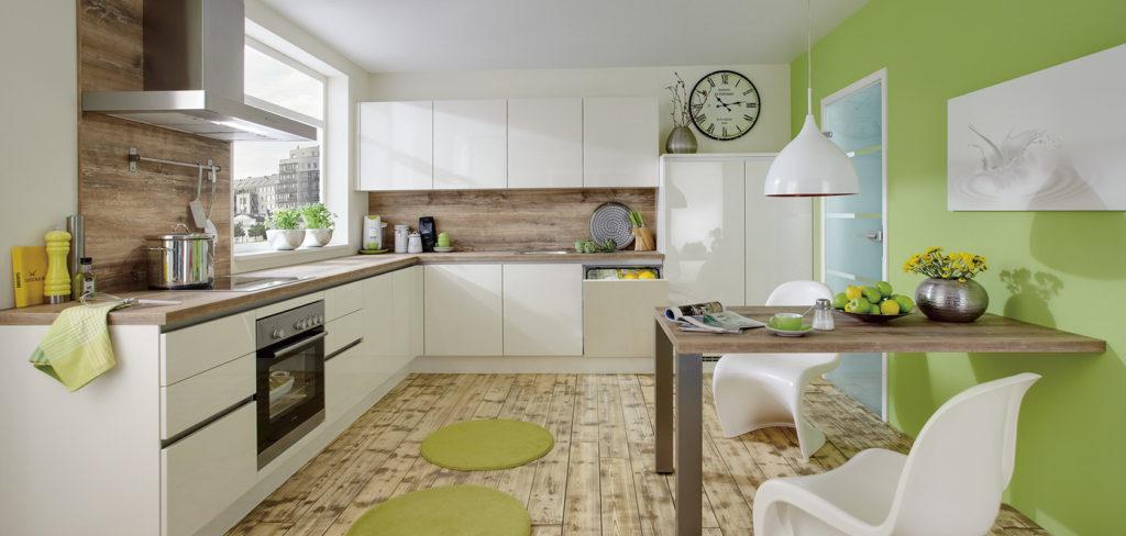 Hochglanzküche in L-Form mit magnolienfarbenen Fronten und Arbeitsplatte aus Holz; Foto: Nobilia