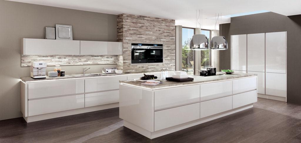 Weiße Hochglanzküche mit Griffmulden; Foto: DAN Küchen