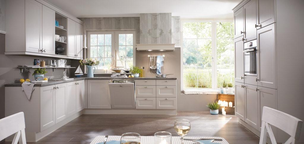 Landhausküche in L-Form und passendem Hochschrank seidengrau lackiert; Foto: Nobilia