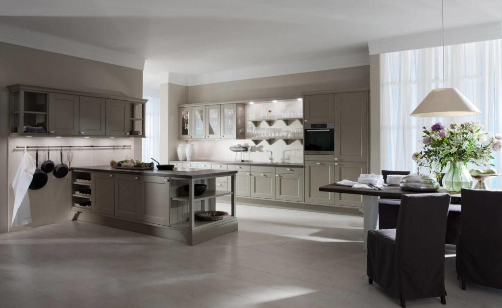 Landhausküche mit hellgrauen Fronten, Kochinsel und offenen Regalen; Foto: Häcker