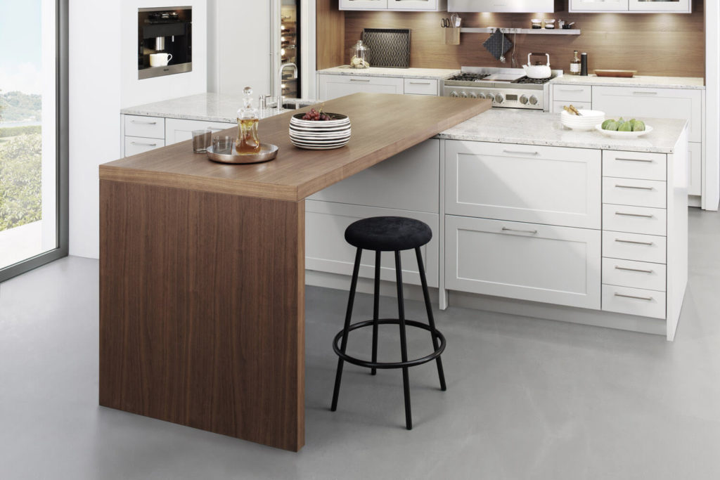 Moderne Landhausküche mit Kochinsel und Theke aus Holz; Foto: