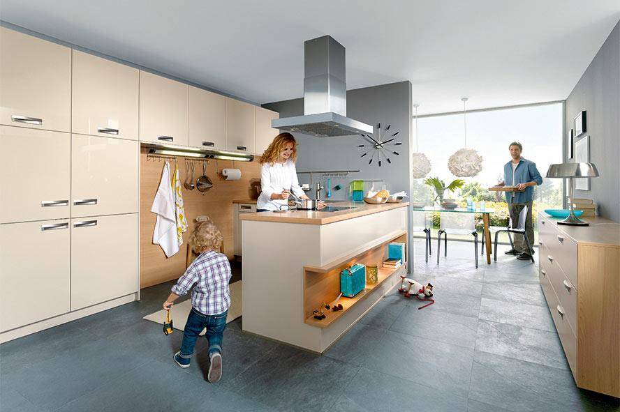 Elementa Küche mit Kochinsel in Magnolia und Arbeitsplatte aus Holz; Foto: Elementa Küchen