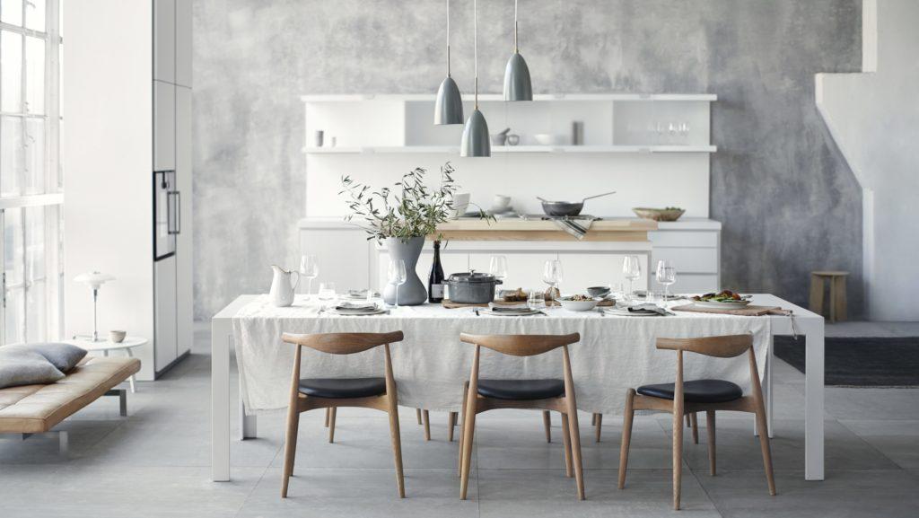 b1 Küche von Bulhaupt mit weißer Küchenzeile und Geräteschrank; Foto: bulthaup