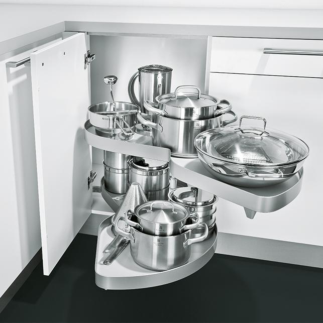 Eckschrank mit kreisrundem Karussell Beschlag in weißer Küche; Foto: Schüller