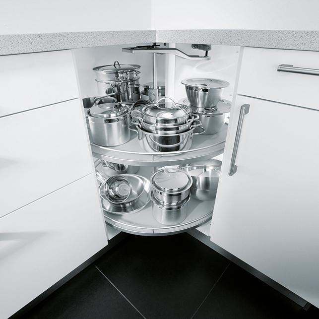 Eckschrank mit kreisrundem Karussell Beschlag in weißer Küche; Foto: Nobilia