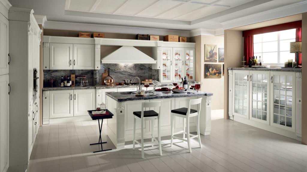 Klassische französische Landhausküche mit Kochinsel und weißen Fronten; Foto: Scavolini