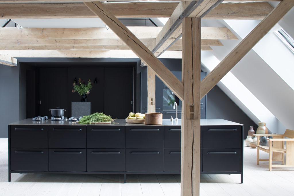 Küche mit Dachschräge und Holzbalken; Foto: Vipp Küchen