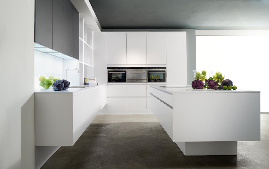 Große und helle weiße Küche Kochinsel und Backofen in Augenhöhe; Foto: Eggersmann