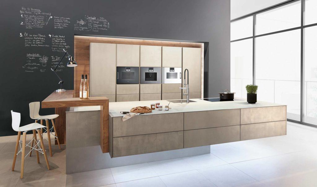 Offene Küche in Betonoptik mit Theke aus Holz; Foto: Zeyko