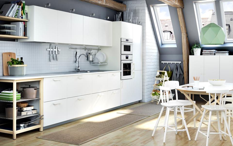 Ikea Küche mit weißem Kochfeld; Foto: Ikea