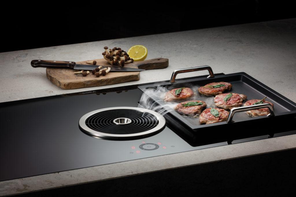Induktionskochfeld mit Kochfeldabzug und Teppanyaki Aufsatz von Bora; Foto: BORA