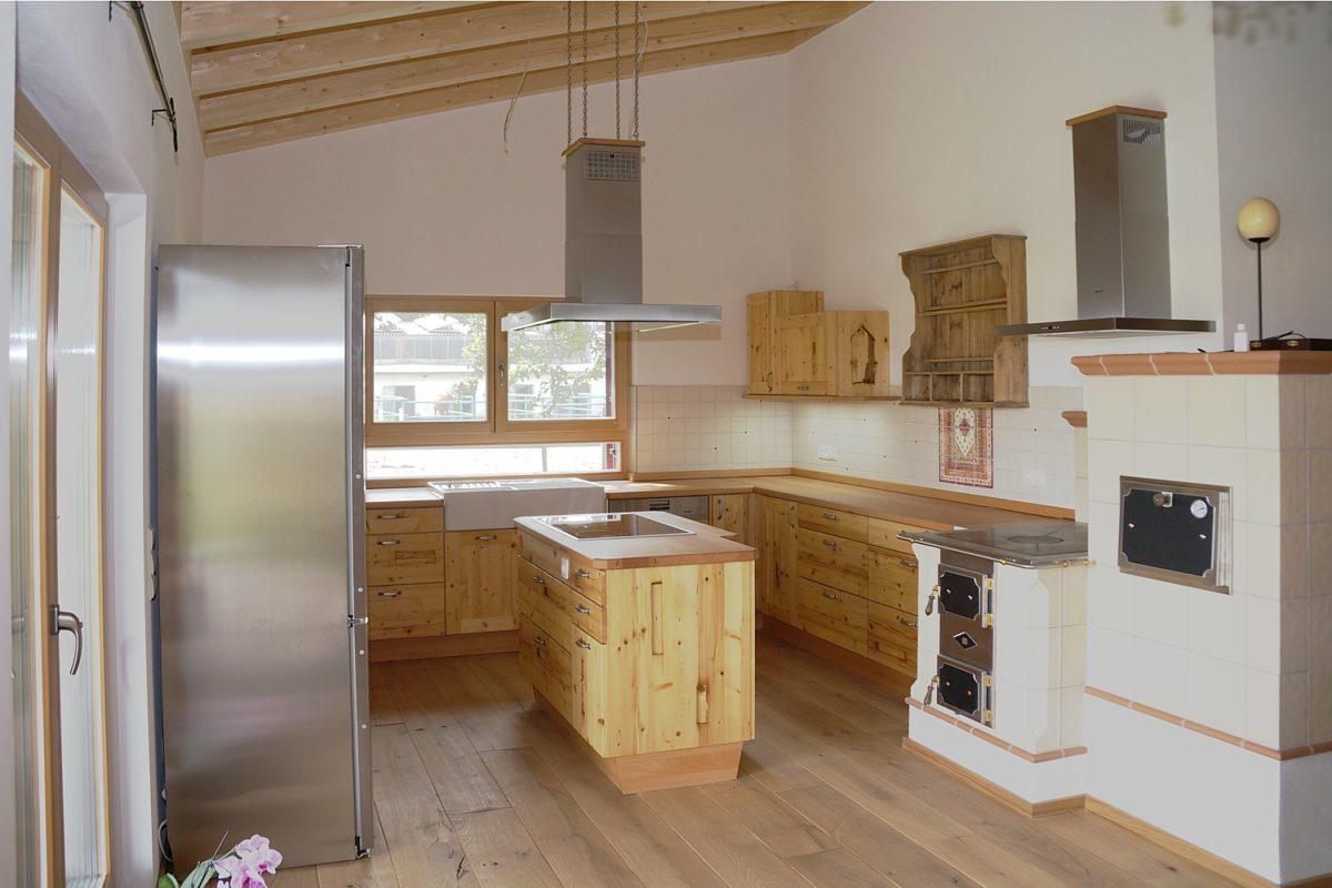 Küche aus Altholz mit altem Holzofen und Edelstahl Küchengeräten; Foto und Umsetzung: Pfister Möbelwerkstatt