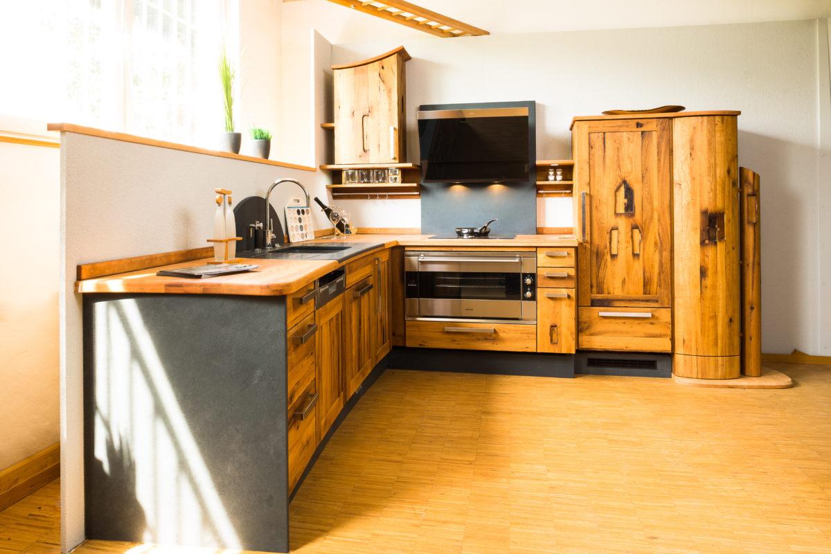Einzigartige Altholzküche aus Eichenholz; Foto und Umsetzung: Pfister Möbelwerkstatt