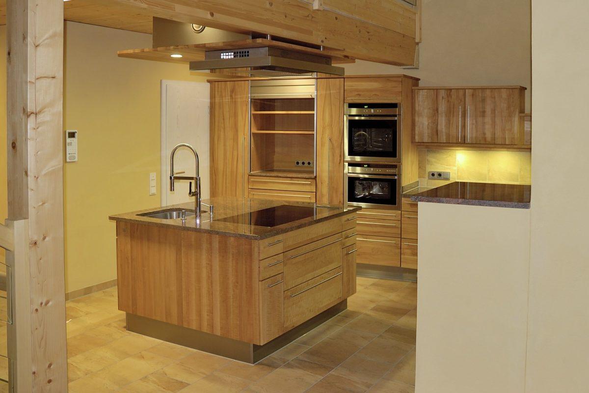 Moderne, offene Vollholzküche mit Kochinsel; Foto und Umsetzung: Pfister Möbelwerkstatt