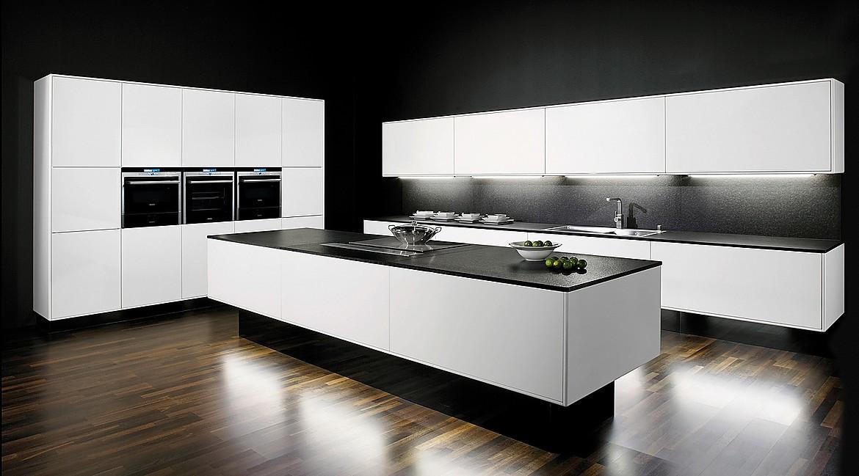 Küche mit weißen Hochglanz-Fronten und Arbeitsplatte aus Nero Assoluto Foto: KüchenAtlas