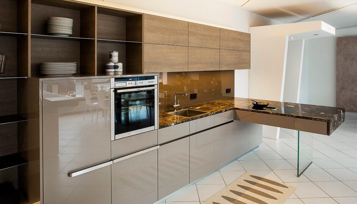 Küche mit Hochglanzfronten und Oberschränke aus Holz; Foto: Hase und Kramer