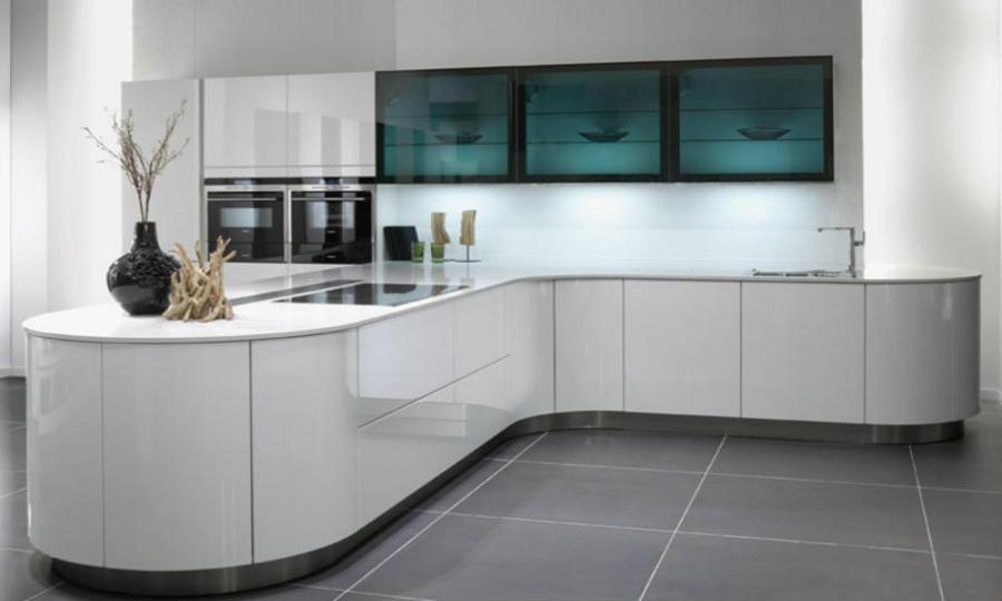 Modernes Design kombiniert mit runden Formen schafft eine futuristische Atmosphäre Foto: KüchenPortal