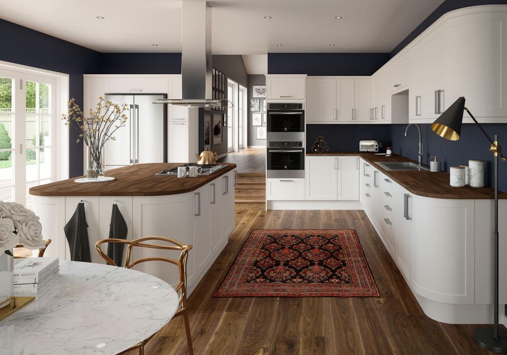 Weiße Küche mit abgerundeten Holz-Arbeitsplatten Foto: Magnet