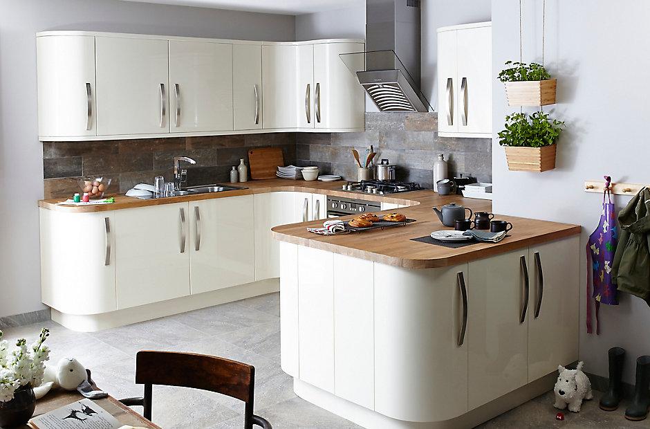 Weiße Fronten-Küche in Kombination mit hölzernen Arbeitsplatten Foto: B&Q