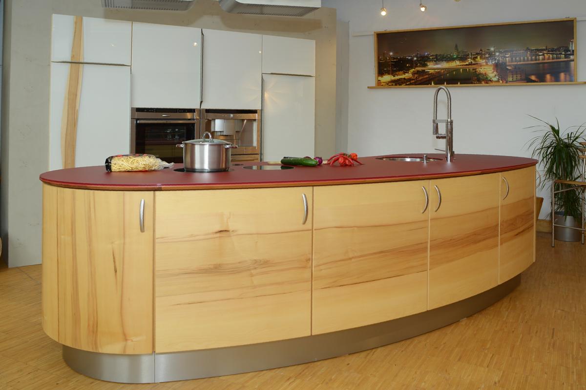 Glasfronten kombiniert mit runder Kücheninsel aus Massivholz Foto: Pfister Möbelwerkstatt