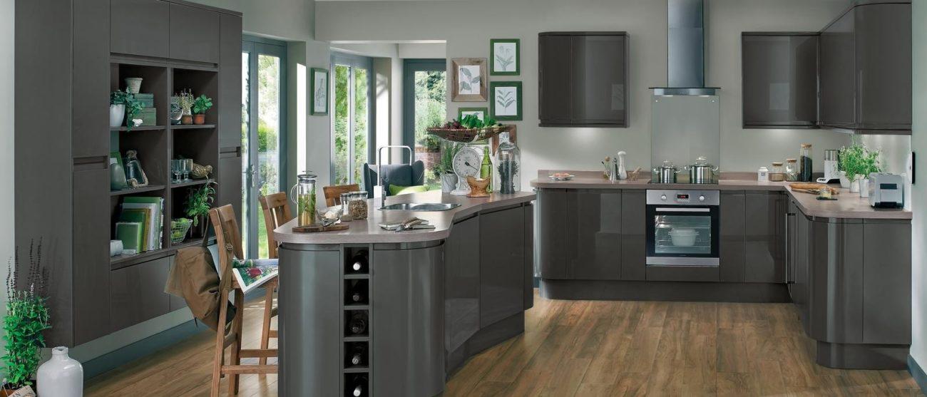 Runde Bayswater-Küche in Grau gehalten Foto: Howdens