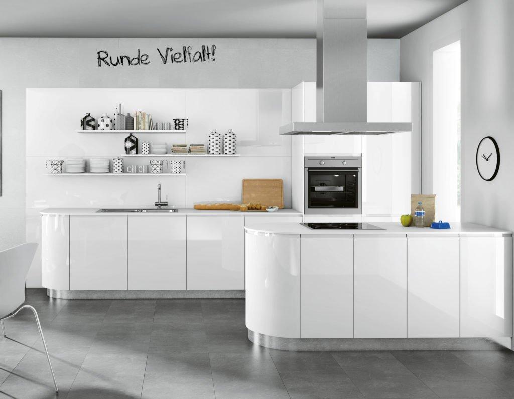 Zweizeilige Küche in rundem Hochglanz-Design Foto: Kemner Home Company