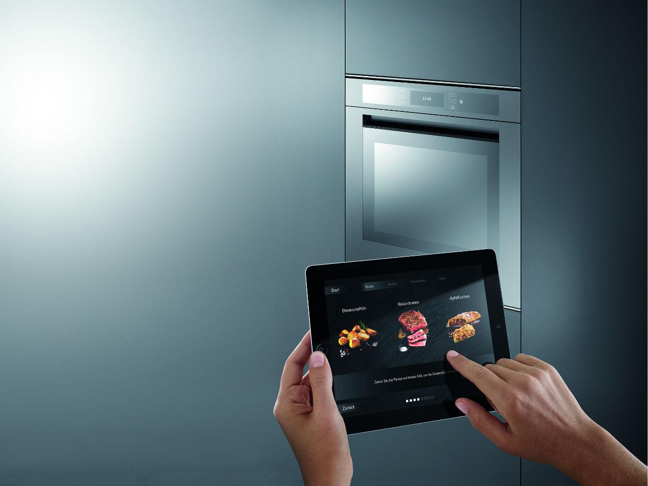 """Die """"B Live"""" – Technologie von Bauknecht. Damit können Haushaltsgeräte mobil über Smartphones oder Tablets gesteuert werden. Quelle: http://www.presse-bauknecht.de"""