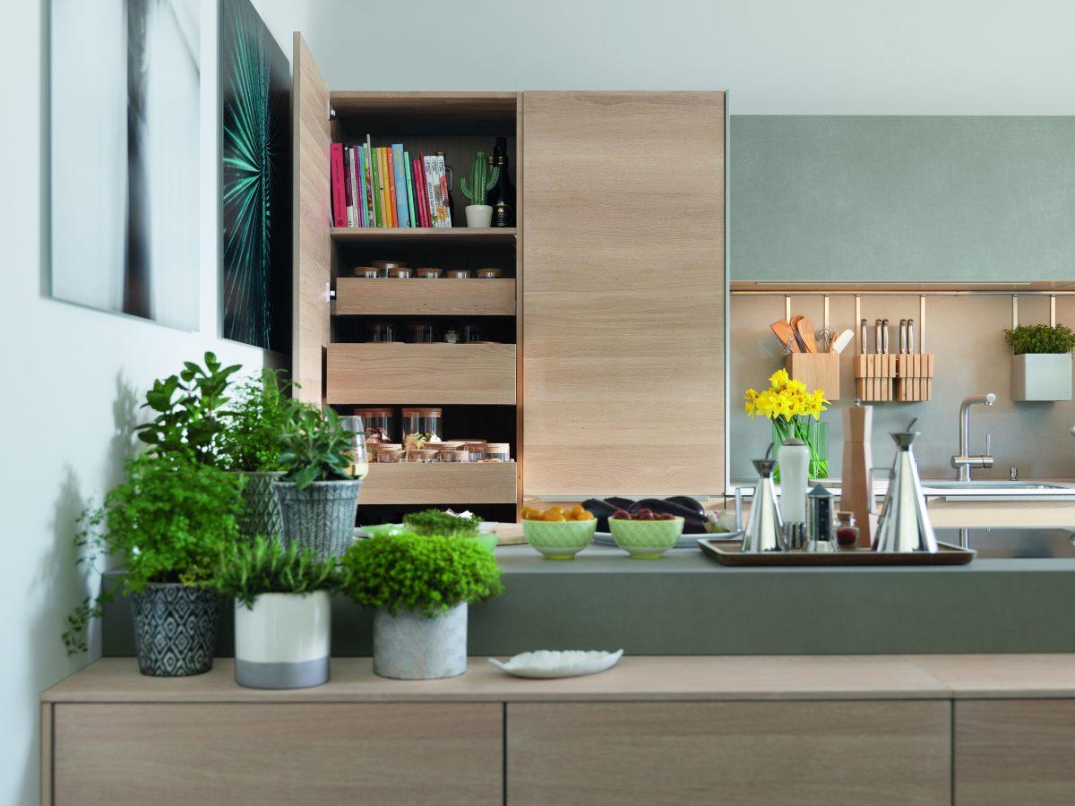 Küche mit ausgeklügeltem Schrank- und Stauraumsystem; Foto: Team7
