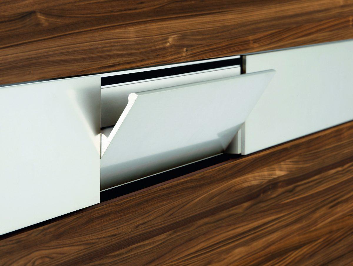 Küchenfront aus Holz mit Pendelgriff aus Aluminium; Foto: Team7