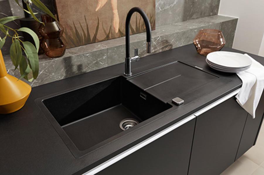 Küche mit schwarzen Fronten und Griffleisten aus Edelstahl; Foto: Nolte