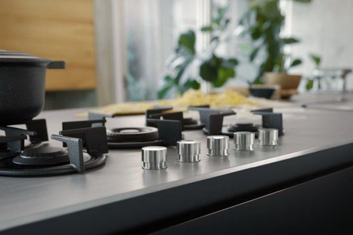 Arbeitsplatte aus Edelstahl mit integriertem Gas Kochfeld von Franke; Foto: Franke