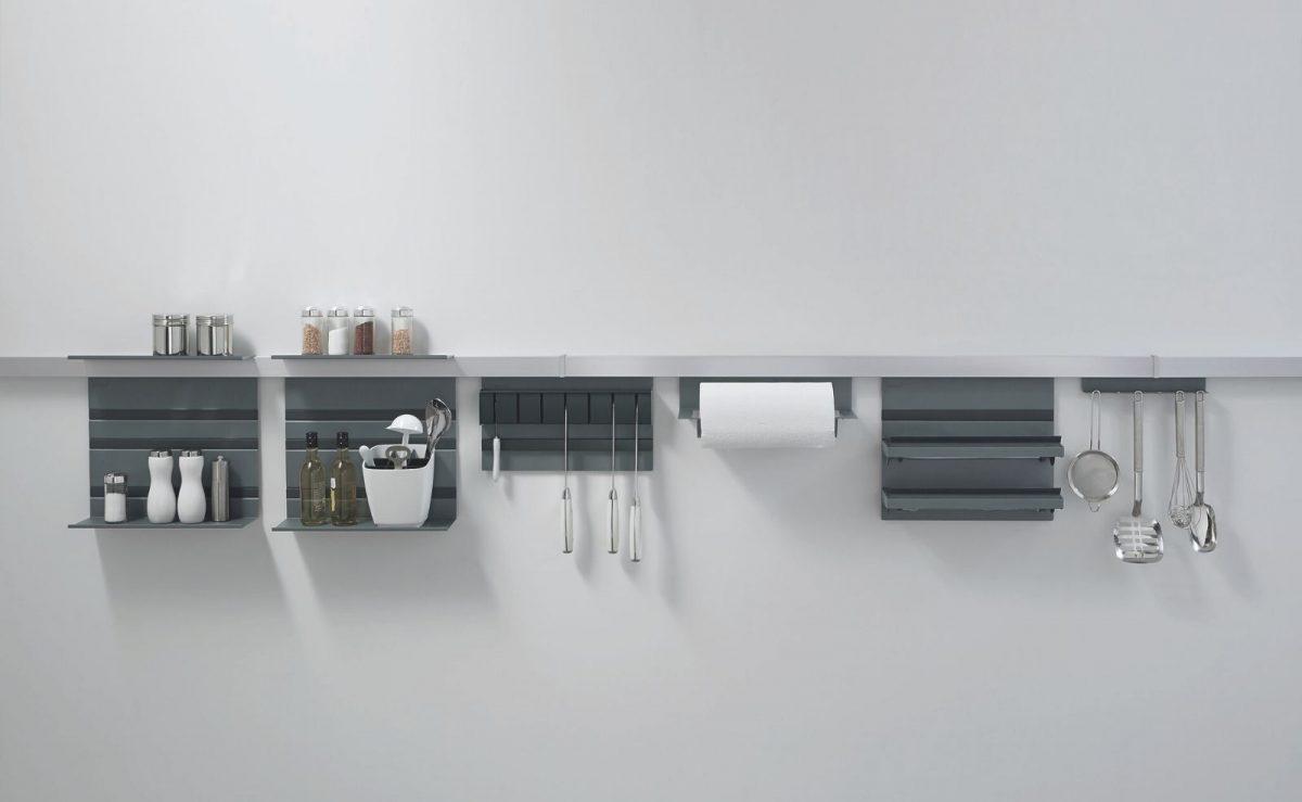 Das praktische Relingsystem Linero MosaiQ bietet Platz für alle Küchenuntensilien; Foto: nobilia