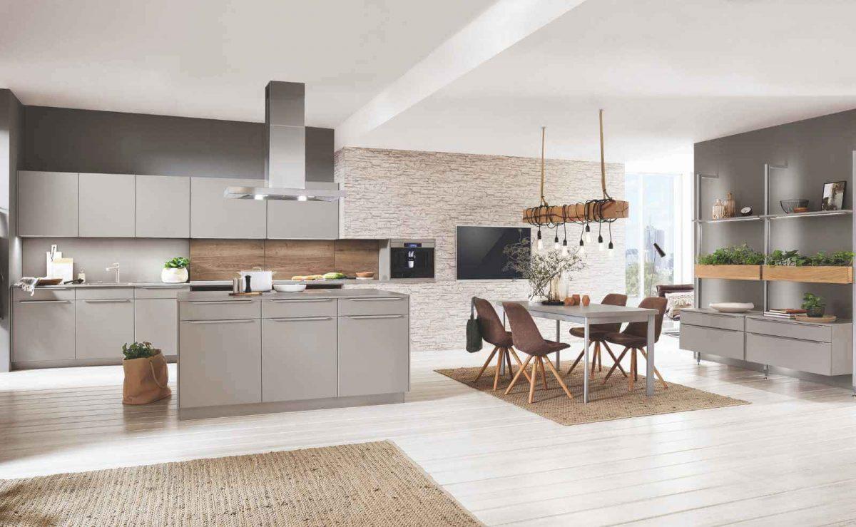 Offene Wohnküche mit passenden Esszimmermöbeln zur Küche; Foto: nobilia