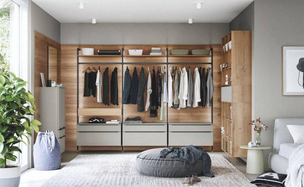 Auch ein offener Kleiderschrank lässt sich im Design deiner Wohnung indiviudell planen; Foto: nobilia