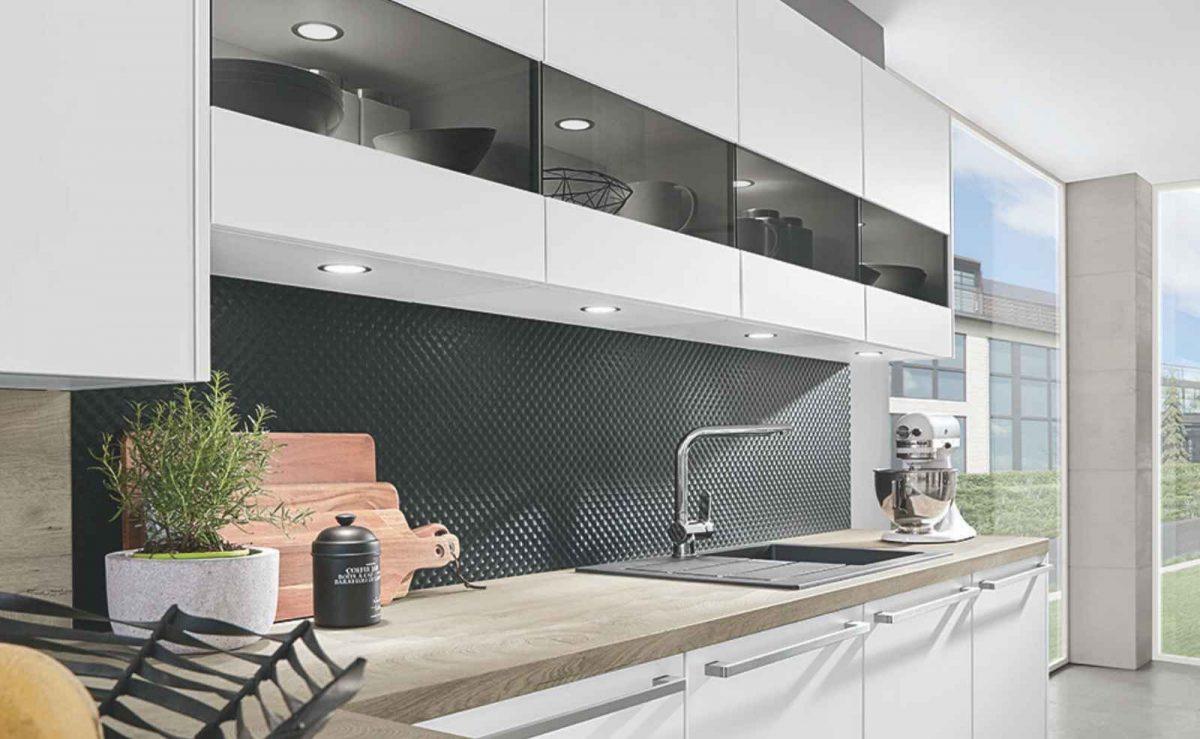 """Der Spritzschutz """"Masterflow"""" mit seiner strukturierten Oberfläche ist ein Blickfang in jeder Küche; Foto: nobilia"""