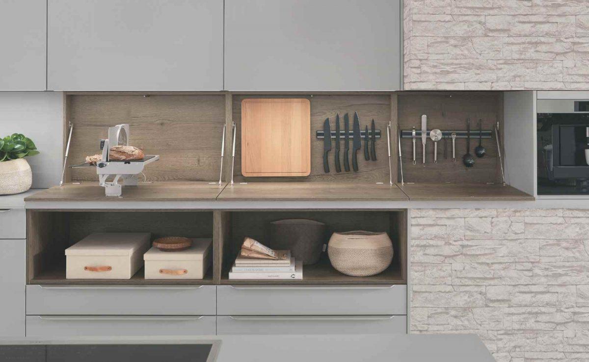 Hinter den Nischenschränken verbirgt sich eine Aufbewahrungsmöglichkeit für Küchenutensilien und -geräte; Foto: nobilia