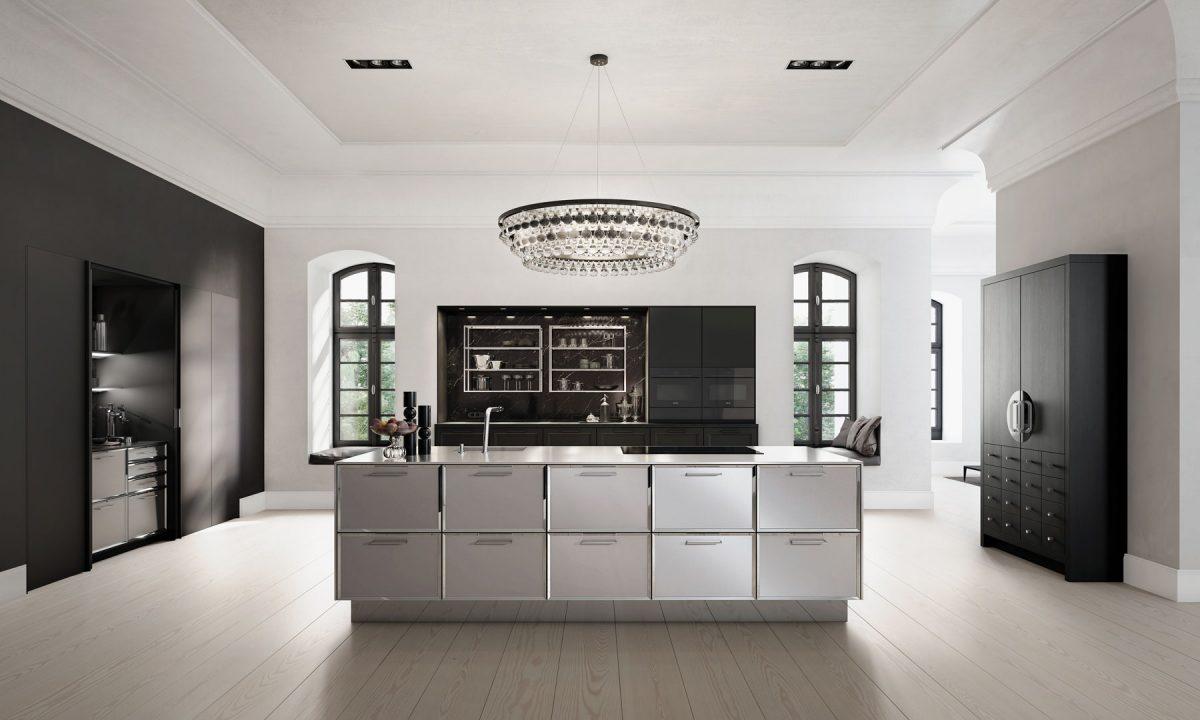 Moderne SieMatic Küche mit Spots als Grundbeleuchtung und Kronleuchter als Highlight; Foto: SieMatic
