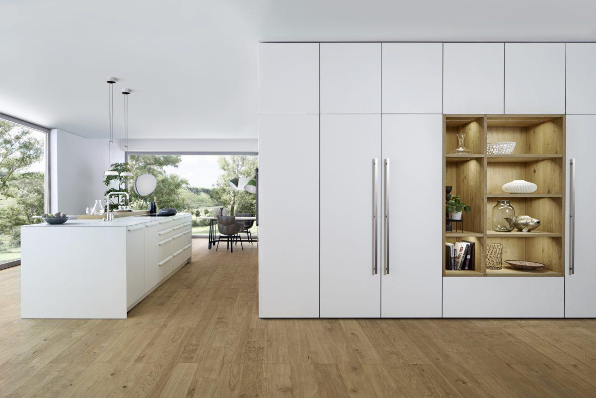 Schrankwand mit beleuchtetem Regal aus Holz; Foto: Leicht Küchen