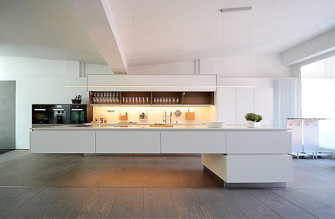 Besondere Beleuchtung der Arbeits- und Kochfläche durch GERA; Foto: GERA Leuchten